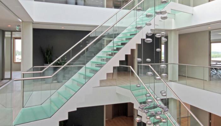 Escaleras asimétricas perfectamente ubicadas en oficina de Holanda