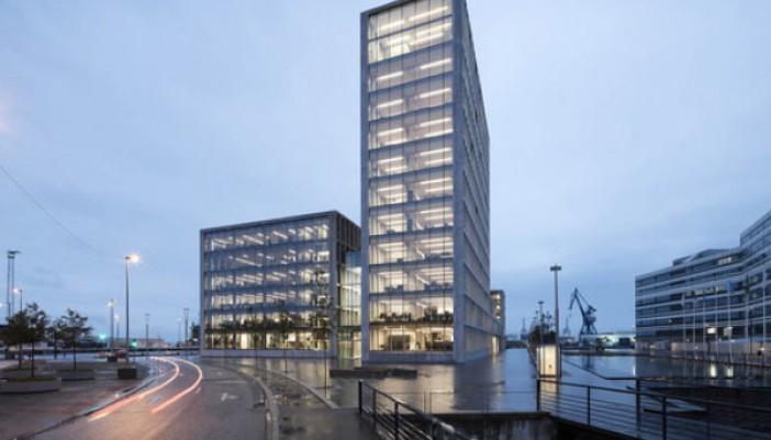 Unión de edificios de oficinas en diferentes niveles