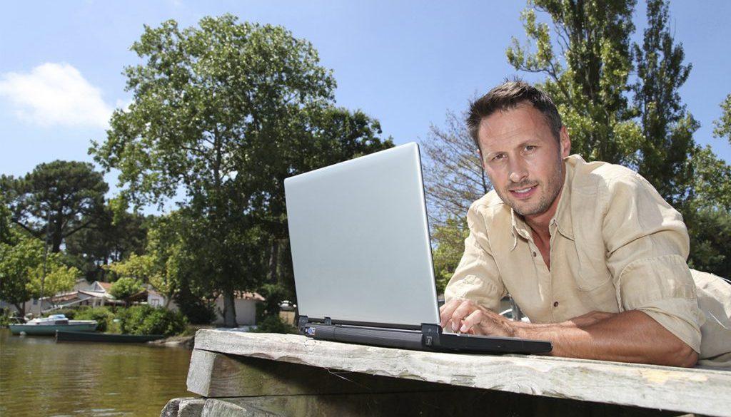 hombre-trabajando-en-lago